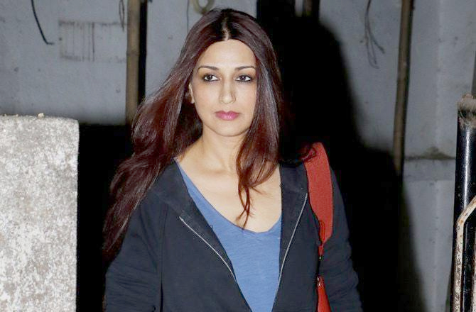 Sonali Bendre returns home to Mumbai, writes fight with cancer not over yet.