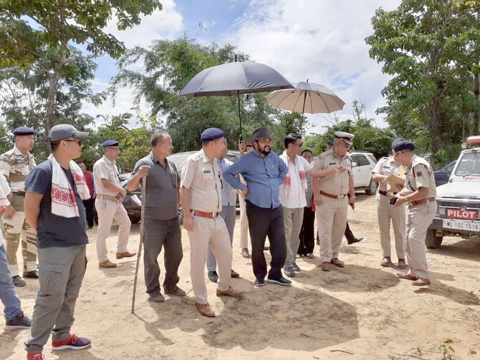 Y Patton visits Lamhainamdi village;  appeals to maintain status-quo