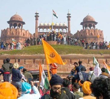 farmers breach red fort