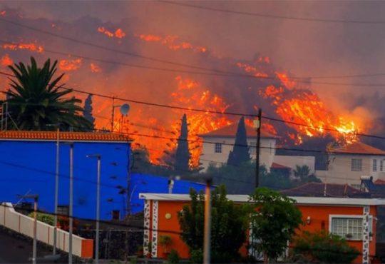 Volcano destroys houses